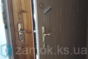 Замок Kale в металлической двери